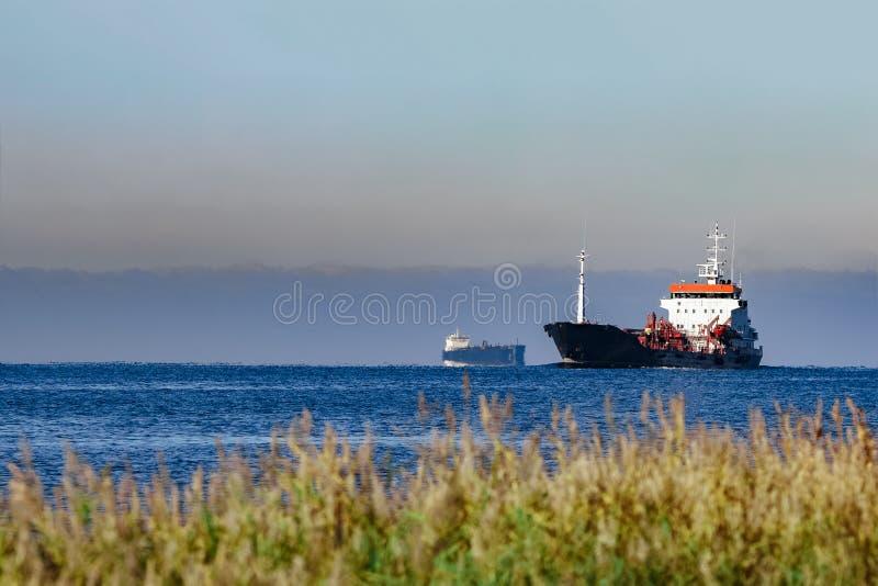 Petroleiro de óleo preto da carga imagem de stock royalty free