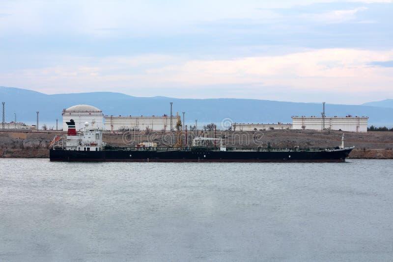Petroleiro de óleo que espera para ser descarregado no porto pequeno fotografia de stock royalty free