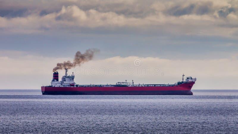 Petroleiro de óleo vermelho fotografia de stock royalty free