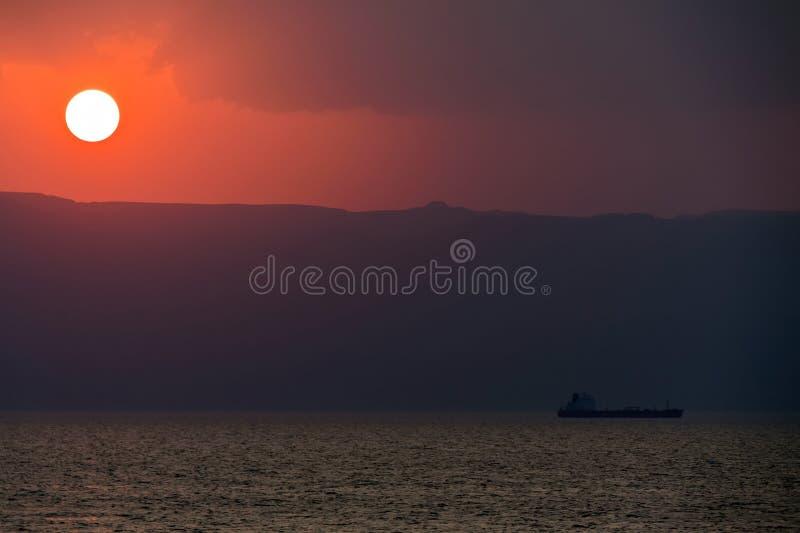 Petroleiro de petróleo no por do sol fotografia de stock