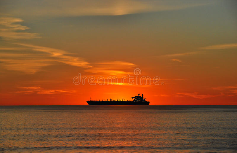 Petroleiro de petróleo no por do sol foto de stock