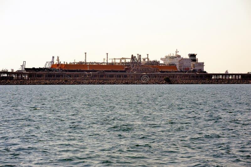 Petroleiro do metano do cais a descarregar-se imagens de stock