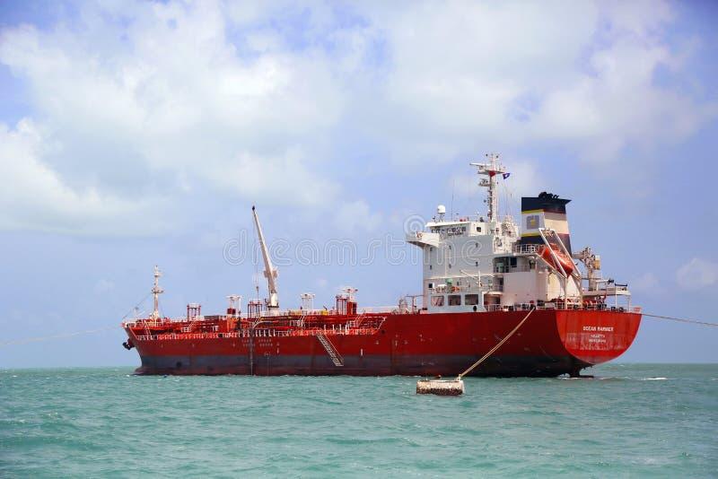 Petroleiro do navegador do oceano perto da cidade de Belize fotografia de stock royalty free