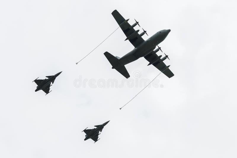 Petroleiro dos aviões durante o reabastecimento dois aviões de combate. fotografia de stock royalty free