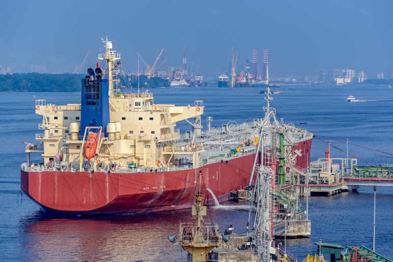 Petroleiro dos produtos petrolíferos sob operações da carga fotos de stock royalty free