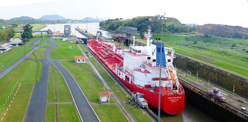 Petroleiro durante a passagem no canal do Panamá fotos de stock