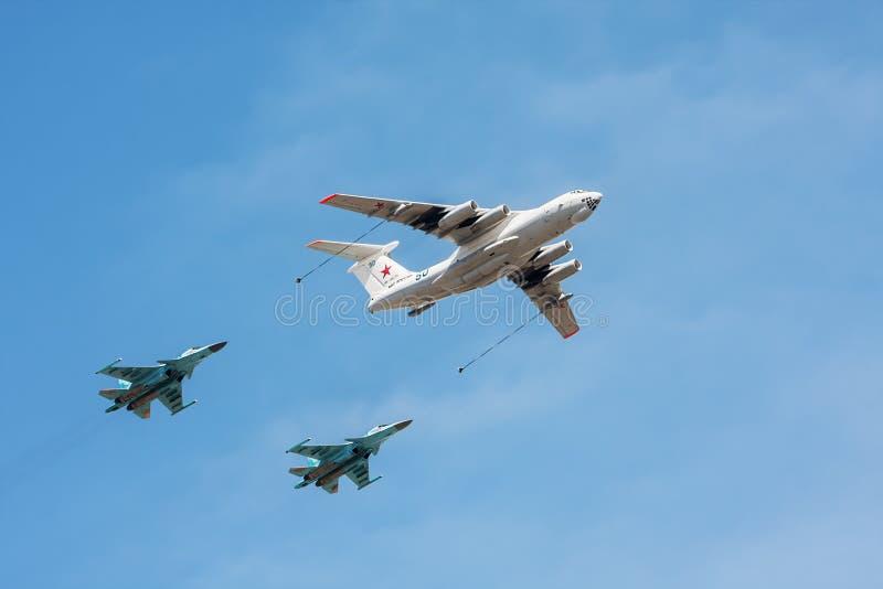 Petroleiro Ilyushin Il-78 dos aviões e bombardeiros Sukhoi Su-34 fotos de stock royalty free