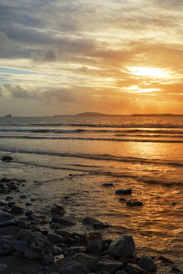 Petroleiro no por do sol do estuário do shannon foto de stock royalty free