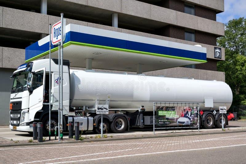 Petroleiro no posto de gasolina de Argos fotografia de stock royalty free