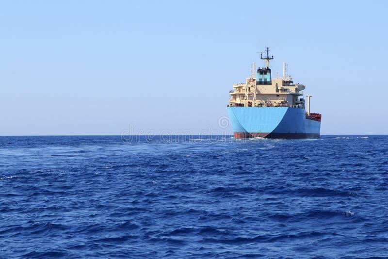 Petroleiro a pouca distância do mar da navigação do barco químico do transporte fotografia de stock