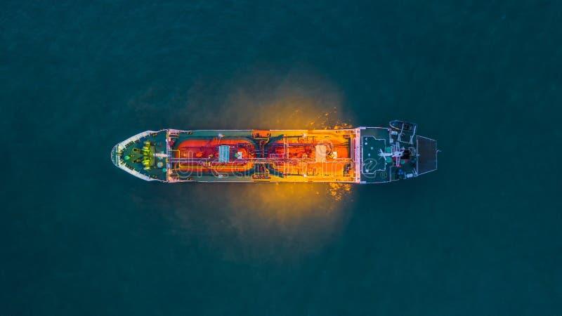 Petroleiro químico do petróleo e gás da vista aérea no mar aberto na noite, navio de carga da indústria da refinaria foto de stock royalty free