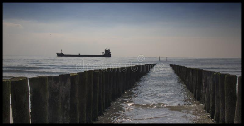 Petroleiro que passa as costas de Zeeland, os Países Baixos imagem de stock