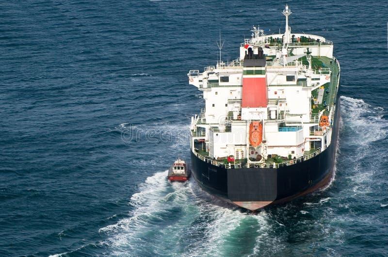 Petroleiro que sae do porto imagens de stock royalty free