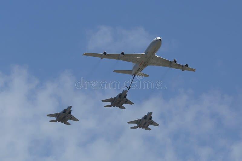 Petrolero de reaprovisionamiento de combustible de Boeing 707 en la formación con el combatiente multi para todo clima de la huel fotografía de archivo libre de regalías
