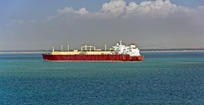Petrolero del gas en el canal de Suez en dirección del norte imagen de archivo