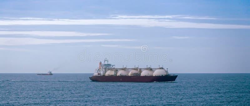 Petrolero del gas en la oscuridad fotografía de archivo