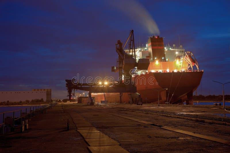 Petrolero en la noche imágenes de archivo libres de regalías