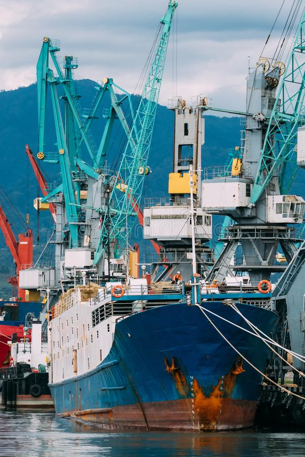 Petrolero viejo y grúas pesadas Jib In Port de la nave de la carga de la gabarra del cargamento imagen de archivo