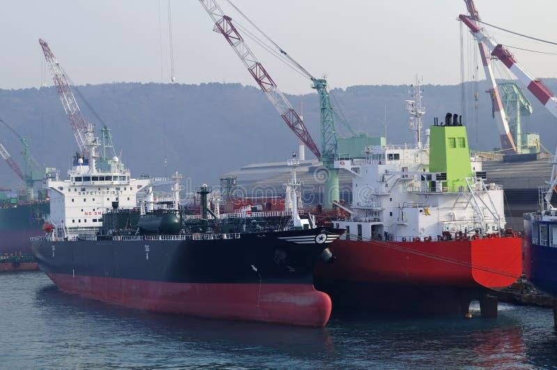 Petroleros en astillero foto de archivo
