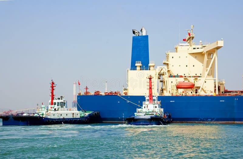 Petroliera e rimorchiatori immagini stock libere da diritti