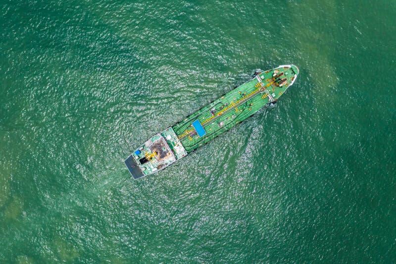 Petroliera o autocisterna del gas in mare aperto, nave da carico di industria della raffineria, vista aerea nella raffineria di p fotografia stock libera da diritti