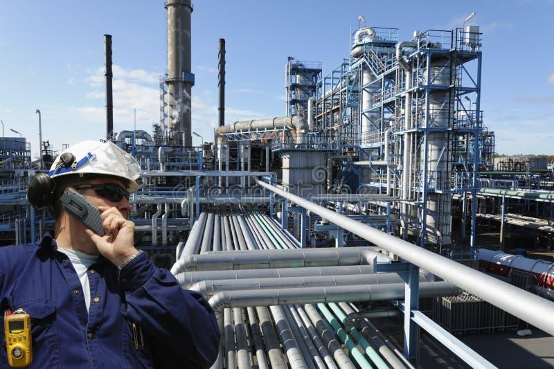 Petrolio, combustibile, raffineria ed assistente tecnico immagine stock