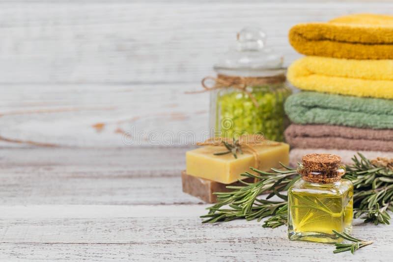 Petrolio cosmetico naturale e sapone fatto a mano naturale con i rosmarini sopra fotografie stock libere da diritti