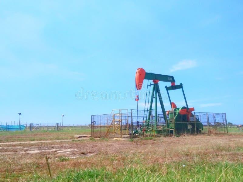 Petrolio di industrie petrolifere del Brunei sulla pompa della terra della riva fotografie stock libere da diritti