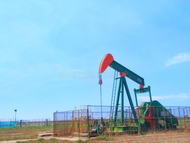 Petrolio di industrie petrolifere del Brunei sulla pompa della terra della riva immagine stock