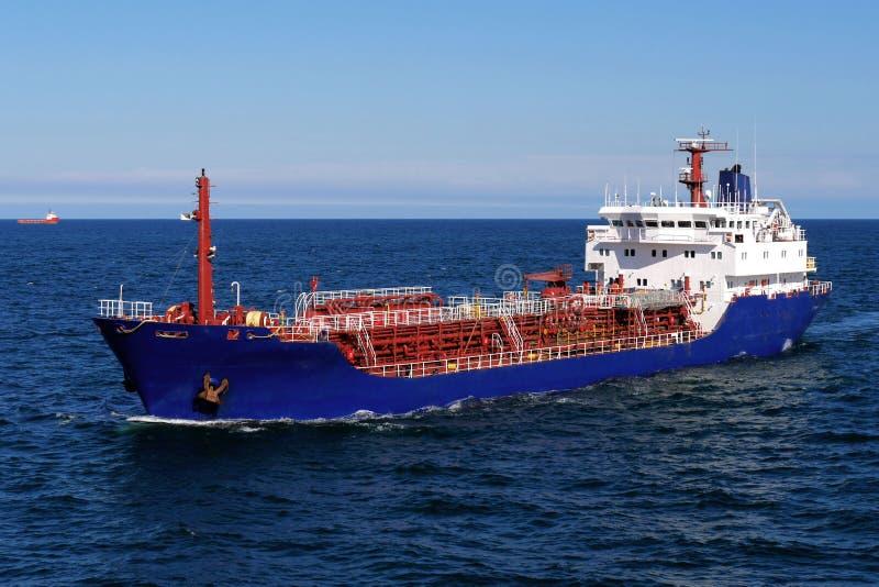 Petrolium-Produktentanker in Meer lizenzfreies stockfoto