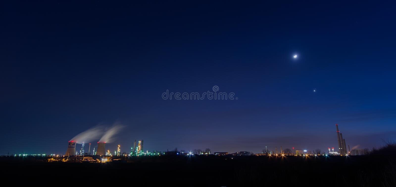 Petrom市从普洛耶什蒂,罗马尼亚的炼油厂平台在夜之前 免版税图库摄影