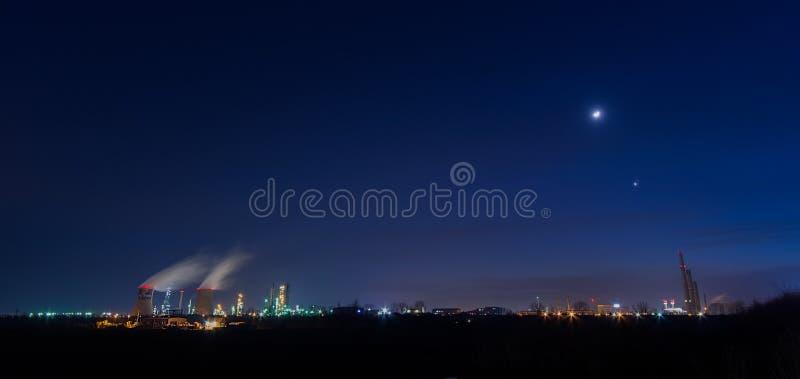 Petrom miasta rafinerii ropy naftowej platforma od Ploiesti, Rumunia nocą fotografia royalty free