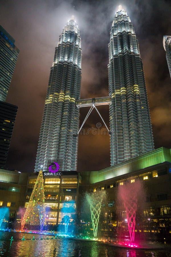 Petronas Góruje i fontanny fotografia stock