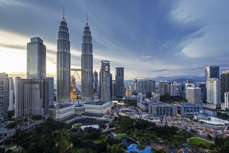Petronas Góruje Kuala Lumpur linię horyzontu przy półmrokiem zdjęcie royalty free