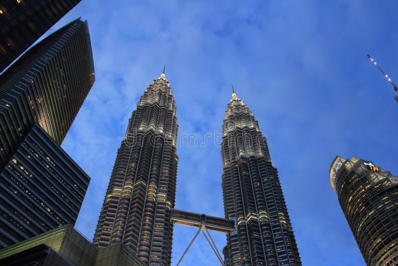 Petronas Góruje przed zmierzchem obraz royalty free