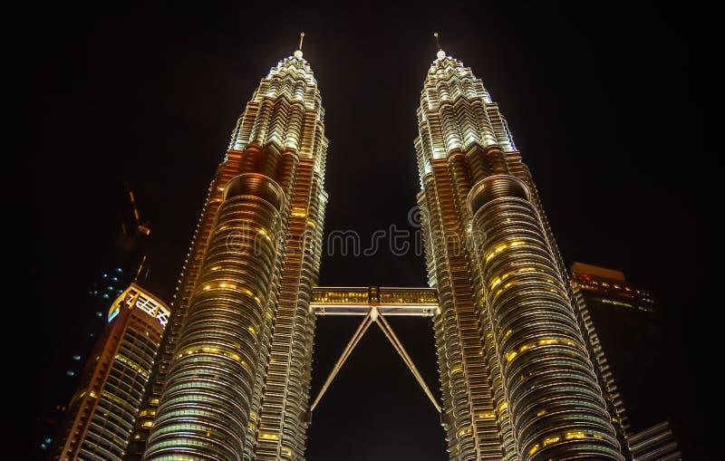 Petronas-Kontrolltürme nachts stockfotos