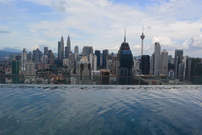 Petronas ragt Kuala Lumpur hoch lizenzfreie stockfotos