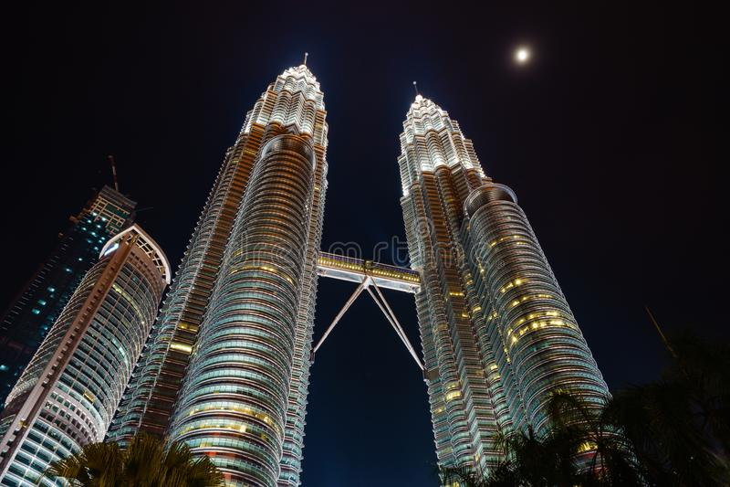 Petronas tvillingbröder på natten i KLCC, Kuala Lumpur - Malaysia arkivfoton