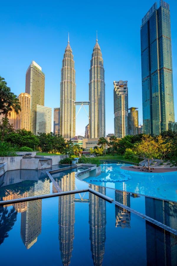 Petronas Tweelingtorens en bezinningen, Kuala Lumpur, Maleisië royalty-vrije stock fotografie