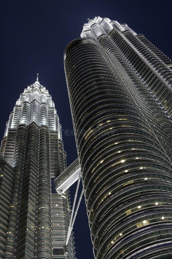 Petronas-Zwilling-Kontrolltürme bis zum Nacht, Kiloliter, Malaysia lizenzfreie stockfotografie