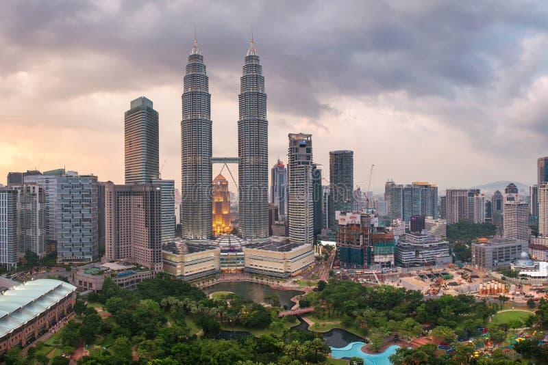 Petronastorens op zonsondergang in Kuala Lumpur stock afbeeldingen