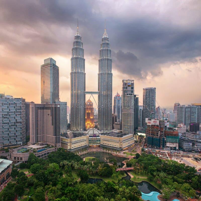 Petronastorens op zonsondergang in Kuala Lumpur royalty-vrije stock fotografie