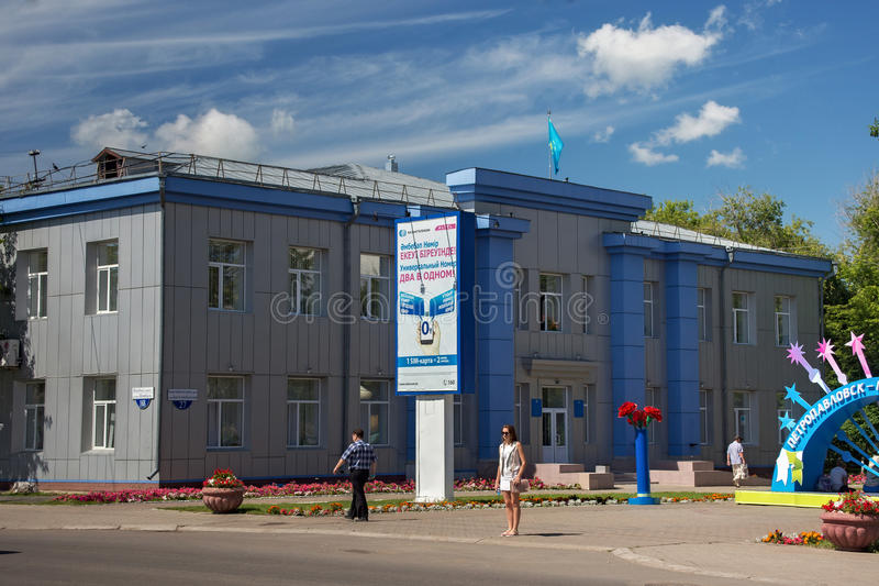 PETROPAVL, KASACHSTAN - 24. JULI 2015: Administratives modernes Gebäude in der Mitte der Stadt stockbild