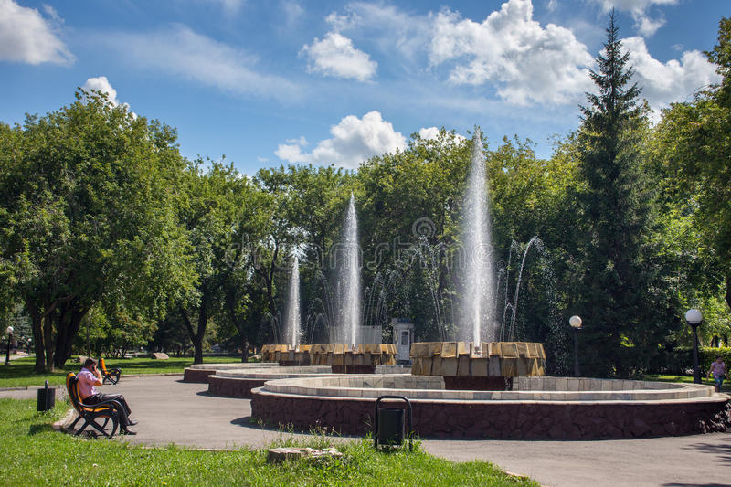 PETROPAVL, KASACHSTAN - 24. JULI 2015: Alter Brunnen im Stadtpark lizenzfreie stockfotografie