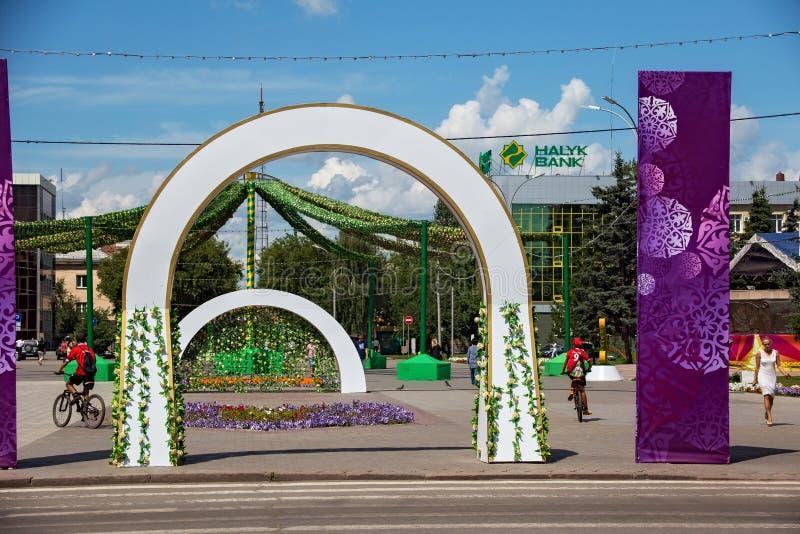 PETROPAVL, KASACHSTAN - 24. JULI 2015: Festliche Dekorationen der Stadt im russischen Stadtnamen Petropavl - Petropawlowsk stockfotografie