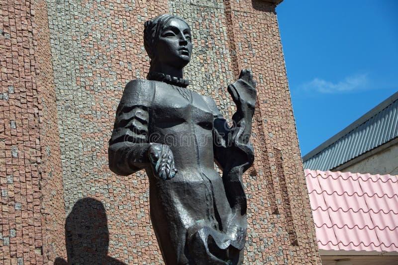 PETROPAVL, KASACHSTAN - 24. JULI 2015: Skulptur der Frau vor dem Hotel Kyzyl-Zhar lizenzfreie stockbilder