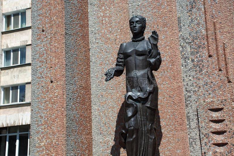 PETROPAVL, KASACHSTAN - 24. JULI 2015: Skulptur der Frau vor dem Hotel Kyzyl-Zhar lizenzfreies stockfoto