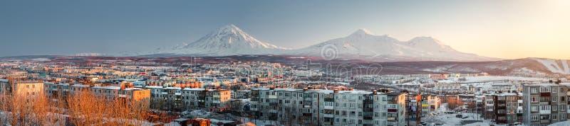 Petropavlovsk-Kamchatsky cityscape. Soluppgång över Koryaksky och A royaltyfria bilder