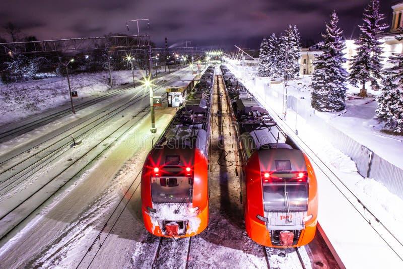 Petrosawodsk, Russland - 7. Januar 2019: Hochgeschwindigkeitszug-'Schwalben'Nacht auf der Plattform, russische Eisenbahnen stockfotos