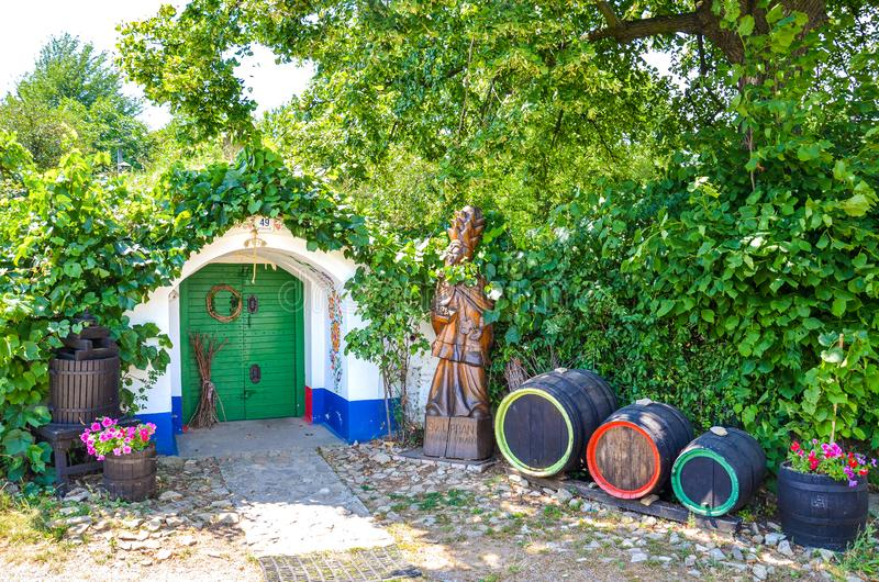 Petrov-Plze, République Tchèque - 14 août 2014 : Les caves typiques en Moravie ont décoré des motifs slavic traditionnels de vin photos libres de droits